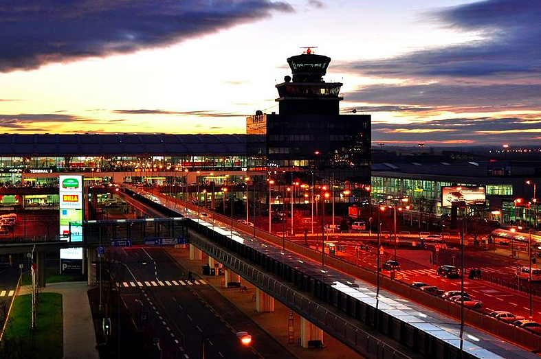 Работа аэропорта Праги восстановлена после ложного сообщения обомбе